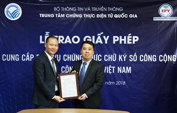 Giám đốc Trung tâm chứng thực điện tử quốc gia Lã Hoàng Trung (Bộ TT&TT) trao giấy phép cho CEO Hoàng Văn Thuấn