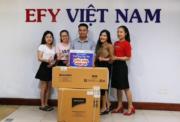 anh Đinh Mạnh Cường trúng điều hòa trong game Vòng quay may mắn chụp ảnh cùng ban truyền thông của EFY Việt Nam